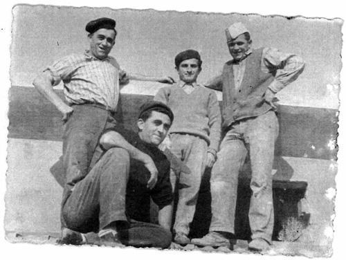 Il capomastro Alberto Maserati in cantiere (primo da destra)